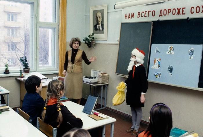 Подготовка к новогоднему утреннику. Московская школа, 1984 год. Автор фотографии: Chris Niedenthal.