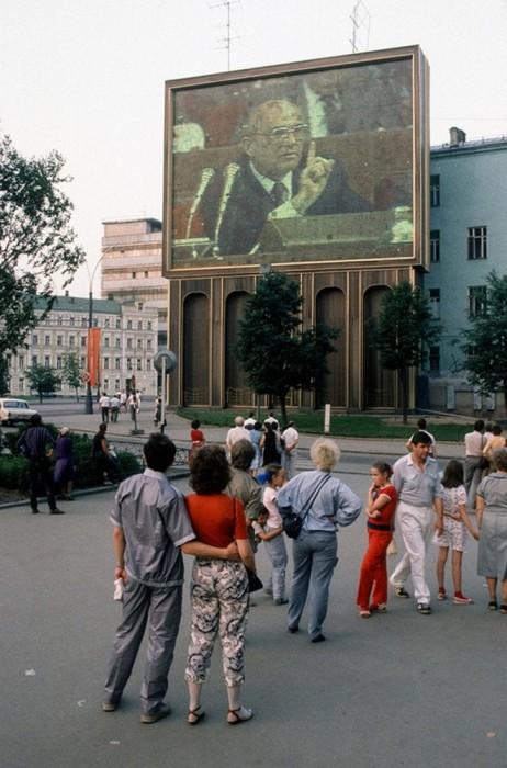 Съезд партии, уличная трансляция. СССР, Москва, 1988 год. Автор фотографии: Chris Niedenthal.