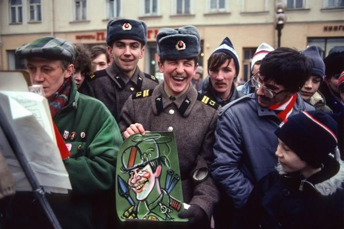 Уличный художник и красноармейцы на Арбате. СССР, Москва, 1989 год. Автор фотографии: Chris Niedenthal.