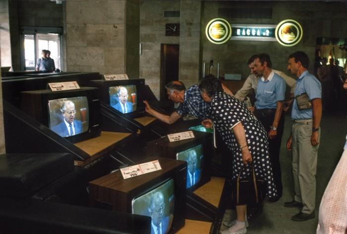 Магазин телевизоров в центре Москвы. СССР, 1988 год. Автор фотографии: Chris Niedenthal.