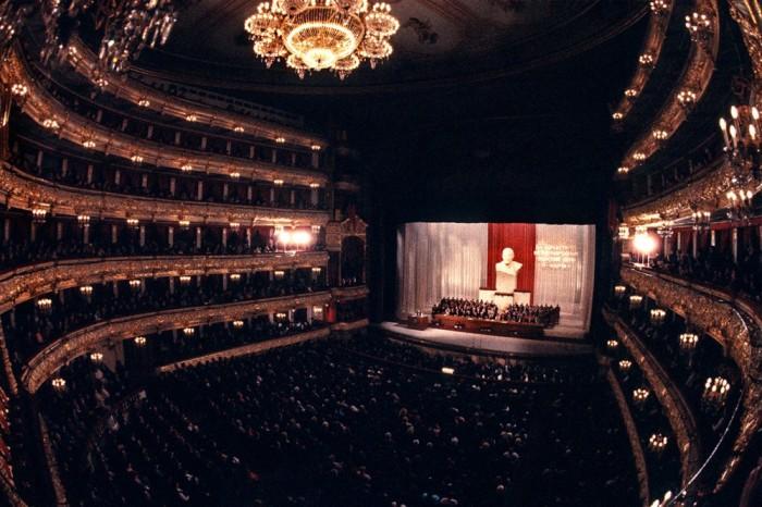 Женский день в Большом театре. СССР, Москва, 1984 год. Автор фотографии: Chris Niedenthal.