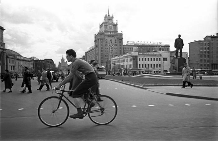Велосипедист на площади Маяковского. СССР, Москва, 1958 год.