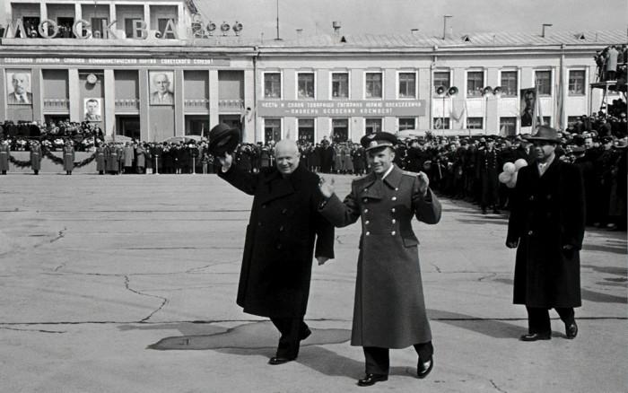 Хрущёв обнимает Юрия Гагарина в аэропорту Внуково. СССР, 14 апреля 1961 года.