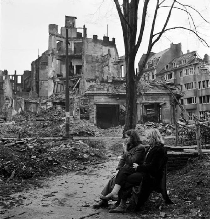 Фотография, от которой бегут мурашки. Германия, Кёльн, 1945 год.