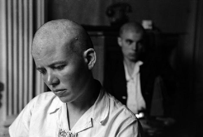 Француженкам сбривали волосы на голове за связи с нацистами. Франция, Ренн, 1944 год.