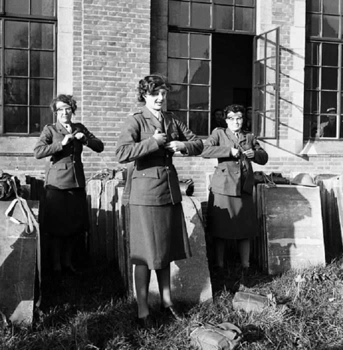 Женщины-офицеры в Ð¿Ð°Ñ€Ð°Ð´Ð½Ñ‹Ñ ÐºÐ¾ÑÑ'юмаÑ. Суррей, 1944 год.