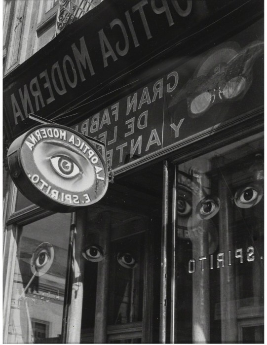 Магазин оптики, в котором можно получить профессиональную консультацию. Мексика, 1931 год.