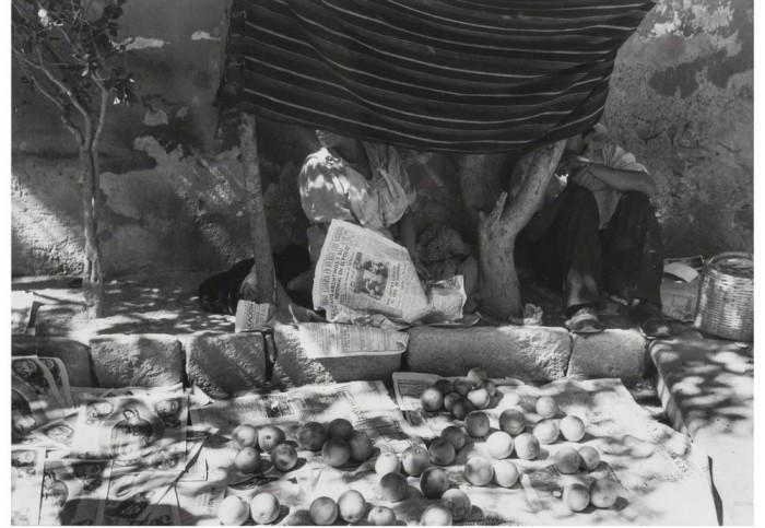 Уличная торговля в центре города, 1975 год.