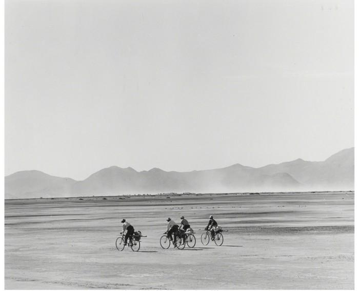 Мексиканские велосипедисты в пустыне, 1966 год.