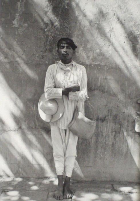Местный житель в маленьком городишке. Мексика, 1934 год.