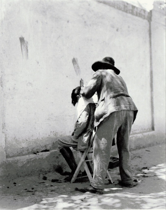 Уличный мексиканский цирюльник, 1924 год.