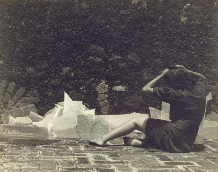 Женщина возле разбитого стекла. Мексика, 1938 год.