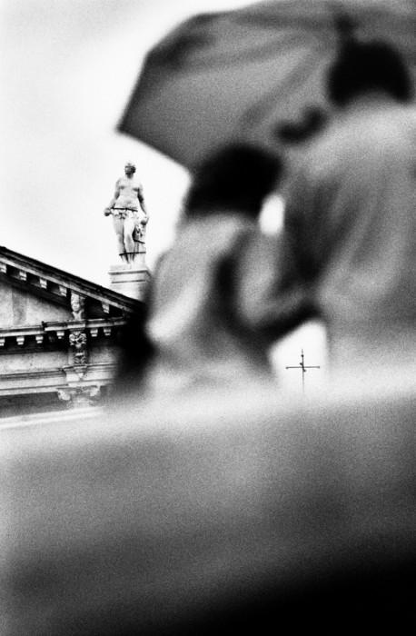 Местные жители возле памятника архитектуры. Венеция, 2010 год.