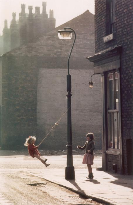 Импровизированные качели у углового магазина в Хьюме, 1965 год.