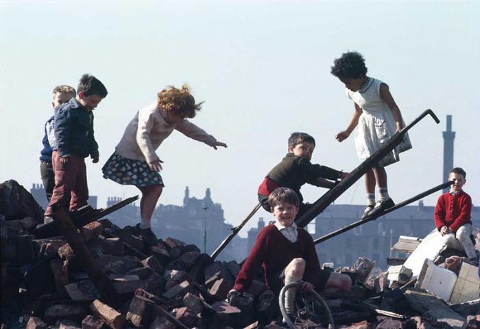 Дети играю среди руин. Англия, Хьюм, 1965 год.