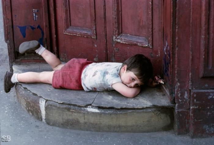 Мальчик в одном из беднейших манчестерских районов. Англия, 1967 год.