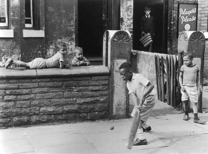 Уличный крикет. Англия, Манчестер, 1964 год. Автор фотографии: Ширли Бейкер.