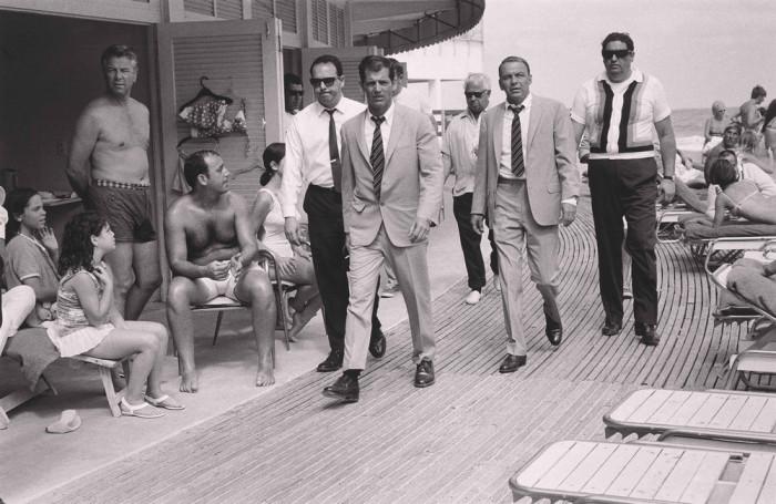 Фрэнк Синатра с охраной в Майами-Бич, 1968 год.