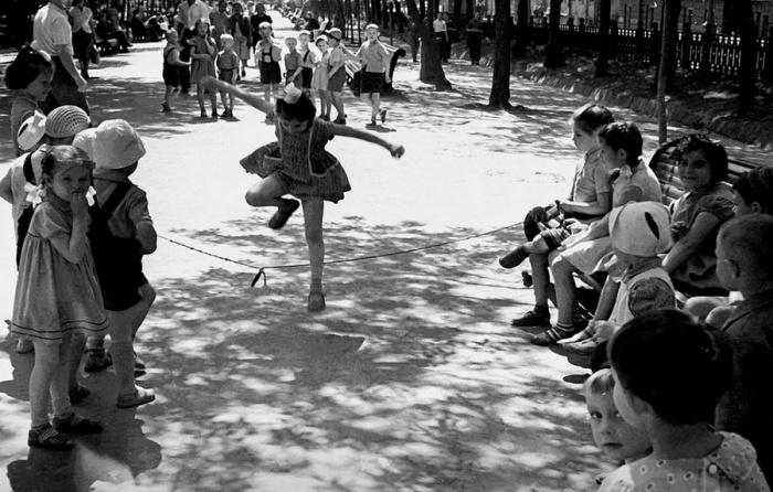 Детская игра со скакалкой.
