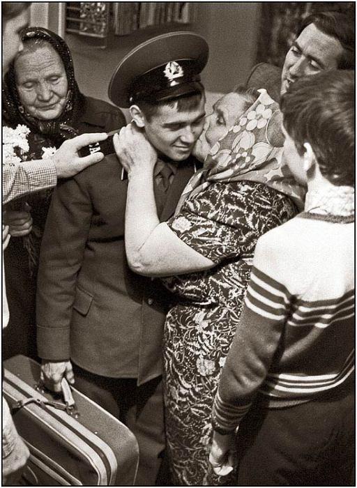 Родственники, встречающие сына после двухлетней службы в пограничных войсках.