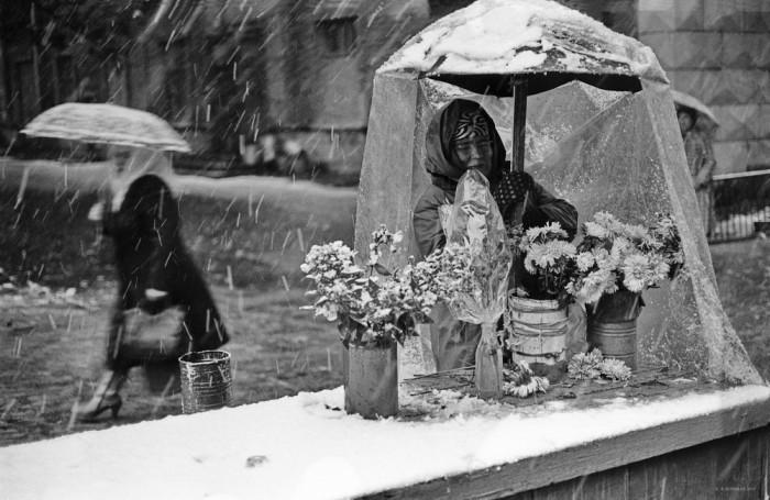 Уличная торговля цветами. СССР, Новокузнецк, 1980-е годы.