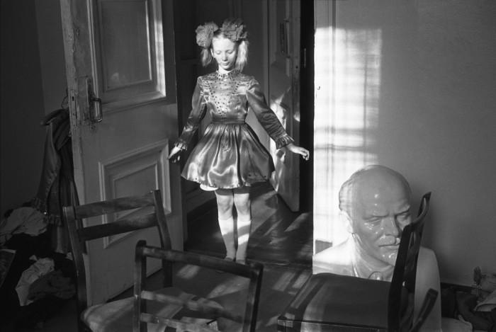 Девочка репетирует перед концертным выступлением. СССР, Новокузнецк, Клуб Строителей, 1982 год. Автор фотографии: Vladimir Vorobyov.