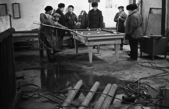 Обеденный перерыв в механической мастерской Запсибгеологии. СССР, Новокузнецк, 1980-е годы.