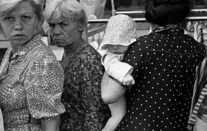 Очередь у входа в универмаг. СССР, Новокузнецк, 1982. Автор фотографии: Vladimir Vorobyov.