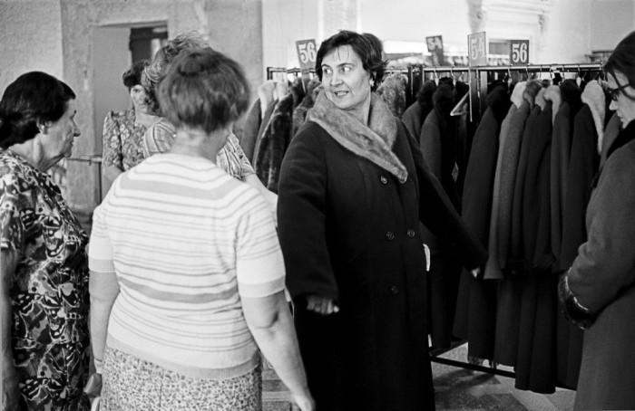 Примерка зимнего пальто. СССР, Новокузнецк, 1980-е годы.