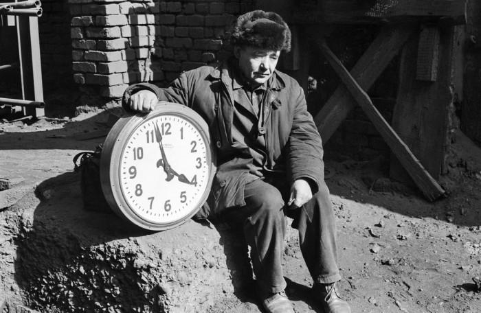 Часовой мастер на коксовой батарее. СССР, Новокузнецк, 1980-е годы.