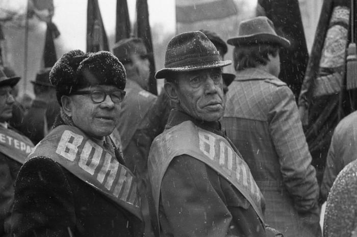 Ветераны на бульваре Героев. СССР, Новокузнецк, 1983 год. Автор фотографии: Vladimir Vorobyov.