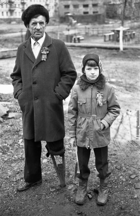 Дед с внуком. СССР, Новокузнецк, 1980-е годы.