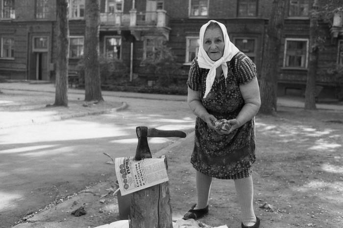 Женщина рубит топором суповой набор. СССР, Новокузнецк, 1980-е годы.