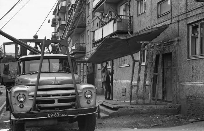 Замена аварийного подъездного козырька. СССР, Междуреченск, 1981 год. Автор фотографии: Vladimir Vorobyov.