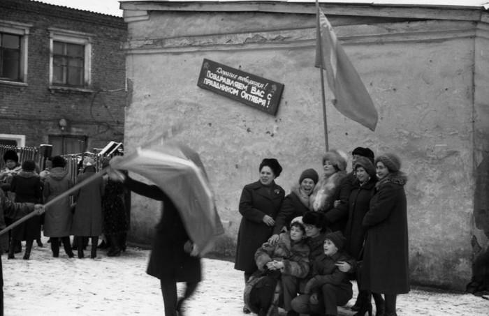 Памятная фотография коллектива после демонстрации 7 Ноября. СССР, Новокузнецк, 1982 год. Автор фотографии: Vladimir Vorobyov.