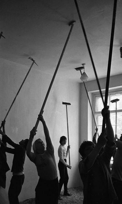Побелка потолка в классе. СССР, Новокузнецк, 1980-е годы.