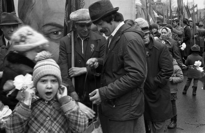 Праздничная первомайская демонстрация. СССР, Новокузнецк, 1982 год. Автор фотографии: Vladimir Vorobyov.