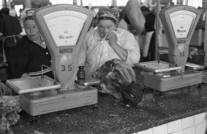 Мясной ряд на Центральном рынке. СССР, Новокузнецк, 1980-е годы.