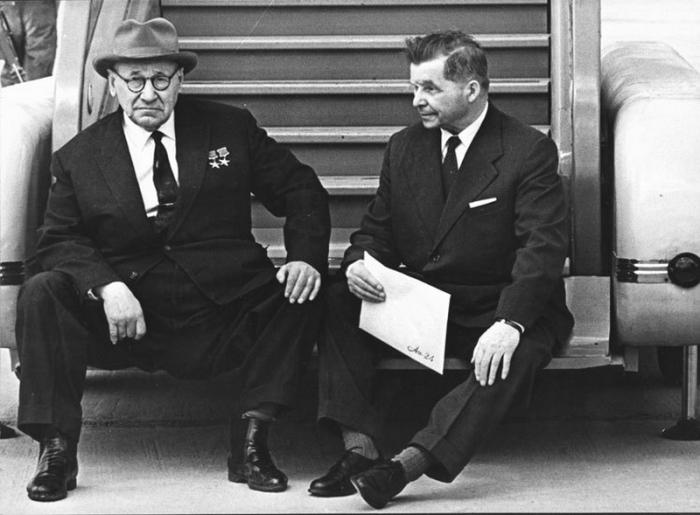 Советские авиаконструкторы А. Н. Туполев и С. В. Ильюшин.