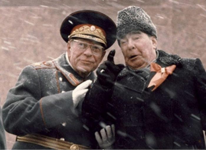Леонид Брежнев и Устинов на трибуне Мавзолея Ленина 7 ноября 1982 года.