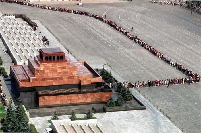 Очередь в Мавзолей на Красной площади. СССР, Москва, 1987 год.