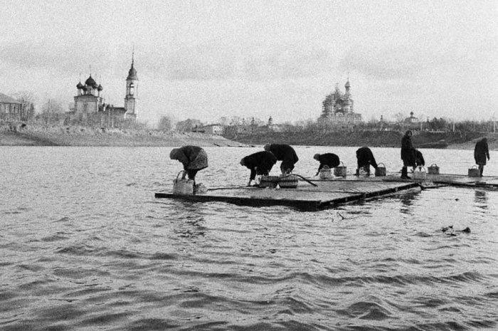 Женщины стирают бельё на реке.