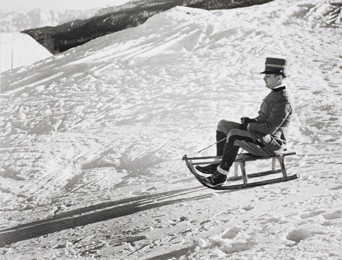 Итальянский офицер катается на санках в Сестриере. Итальянские Альпы, 1934 год.