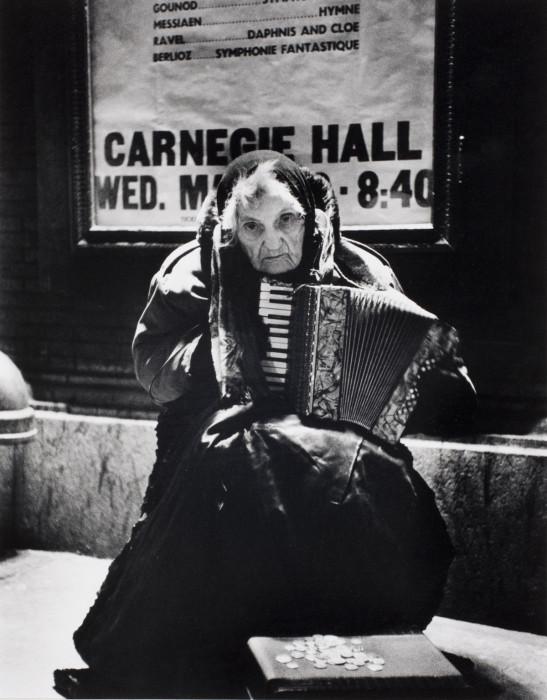 Лила Тиффани попрошайничает перед Карнеги-Холл в Нью-Йорке, 1960 год.