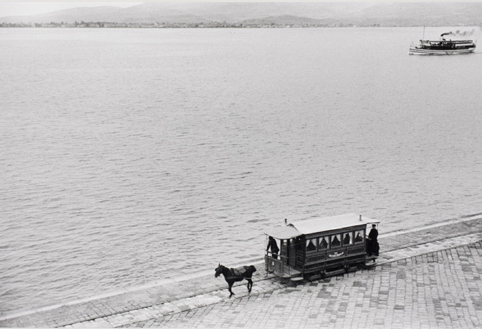 Конный трамвай и пароход в гавани Измира. Турция, 1934 год.