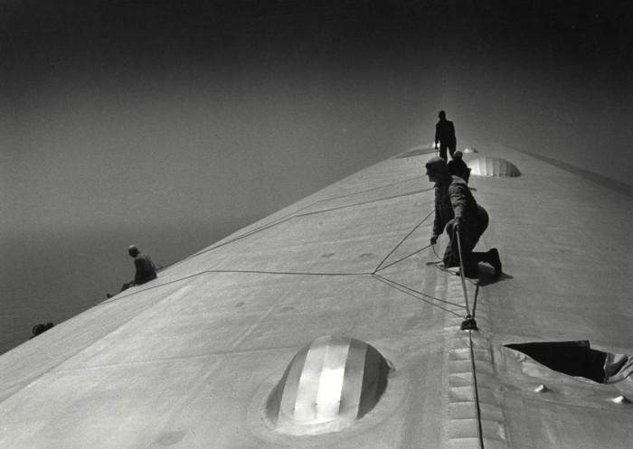 Корпус немецкого дирижабля «Граф Цеппелин», отремонтированного над Южной Атлантикой, 1933 год.
