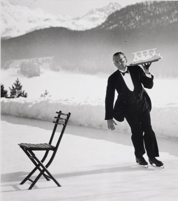 Метрдотель Рене Брегет из Гранд отеля, где подают коктейли на коньках. Коммуна Санкт-Мориц в Швейцарии, 1932 год.