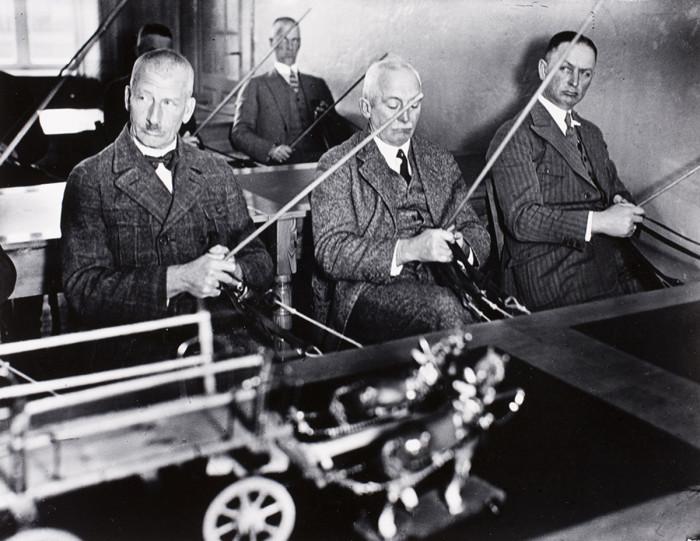 Сельскохозяйственная школа для прусских кучеров, обучающихся держать поводья. Нойдек, Восточная Пруссия, 1932 год.