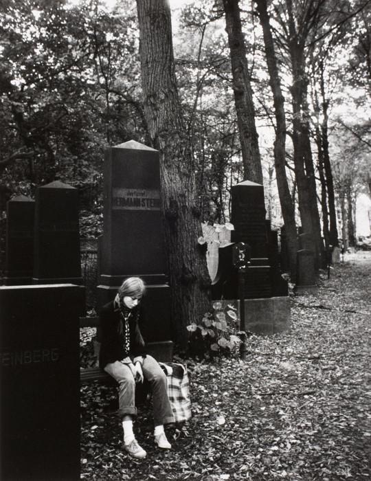 Девушка на еврейском кладбище Вайссензее в Восточном Берлине, 1979 год.
