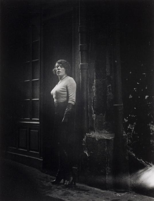 Проститутка на улице Сен-Дени в Париже, 1932 год.
